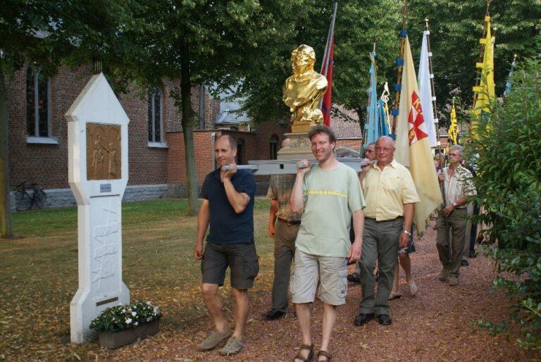 Ommegang_processie met het Sint-Jansbeeld rond de kerk