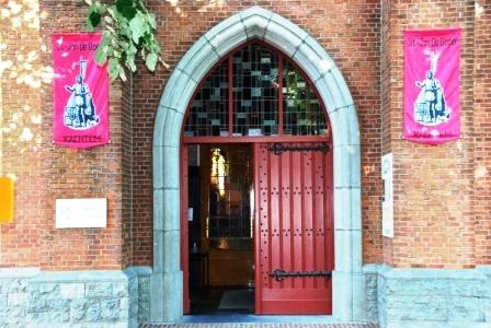 Sint-Jansvlaggen aan de kerkingang
