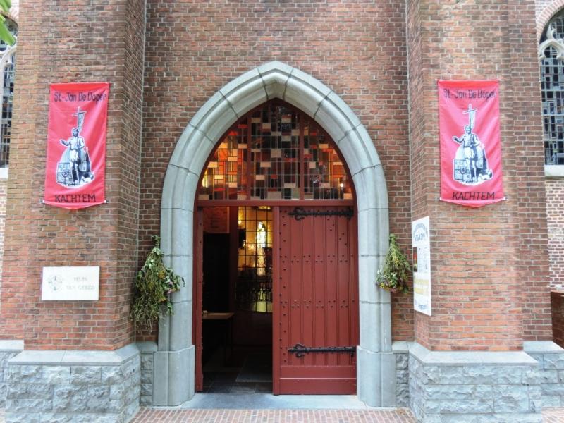 Kerkingang met de Sint-Jansvlaggen