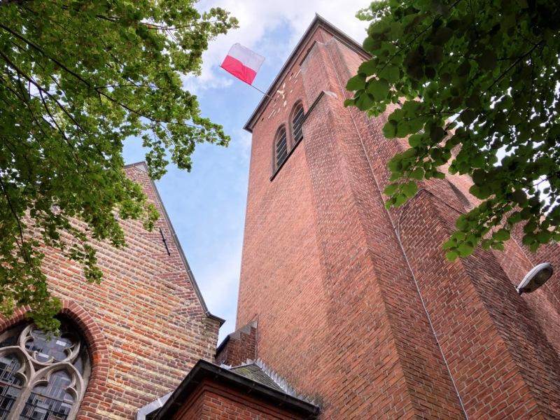 Wapperende Sint-Jansvlag in de kerktoren