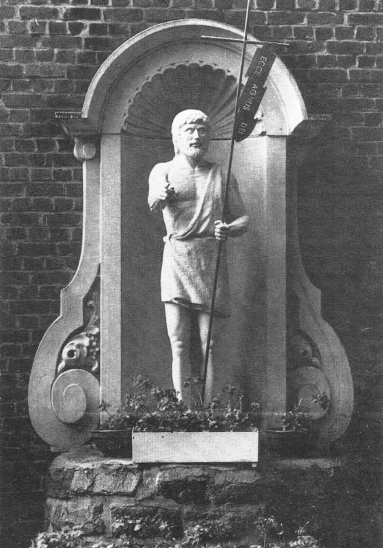 Sint-Jansbeeld in een nis uit een vroegere periode