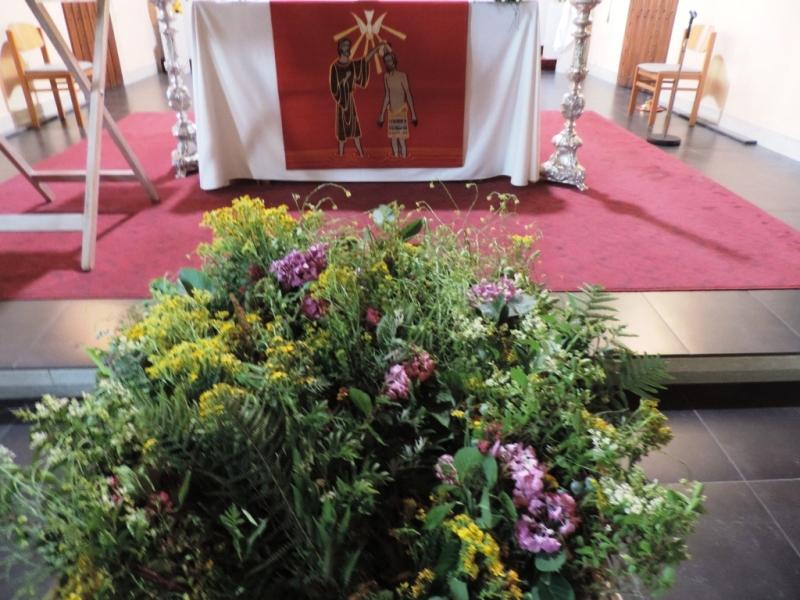 Sint-Janstrossen voor het altaar bij de openingsviering